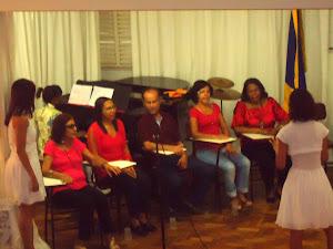 Grupo  de  Canto e Criatividade (atividade  de  extensão  comunitária)  e as  estagiárias de música