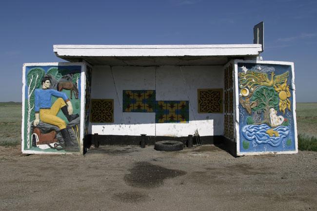 parada de autobus de la URSS con mural