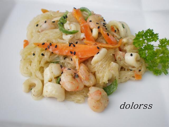 Fideos orientales con calamares, gambas y verduras