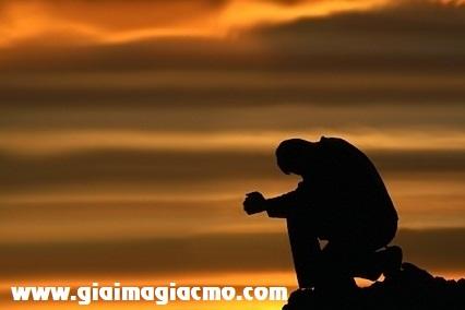 Mơ thấy thanh niên lạ mặt ngồi trên đá cạnh suối