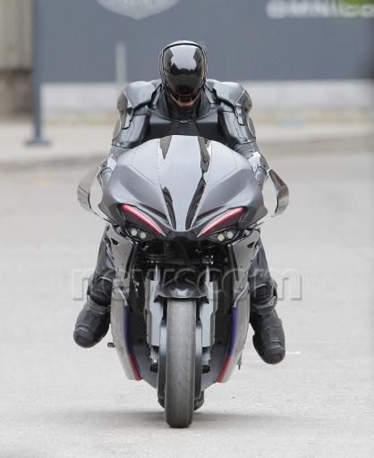 Vista Frontal de Robocop y su moto