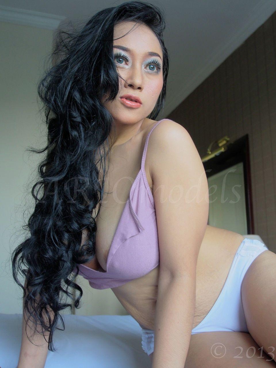 Foto Telanjang Sarah Ardheli Bikin Heboh Dunia Maya_Pada foto di bawah ...