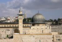 İsra ve onunla birlikte Mirac kıssası bir gecede vâki olmuştur. İsra, Mekke'deki Mescidi Haram'dan Kudüs'teki Mescid Aksa'ya; Mirac ise Mescidi Aksa'dan semanın yüceliklerine ve Sidre-i Münteha'ya yapılan yolculuktur. Bu yolculuk bizlerin bilgi hududunu aşan gayb âleminde cereyan etmiştir.