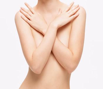 mulher mostra peitos