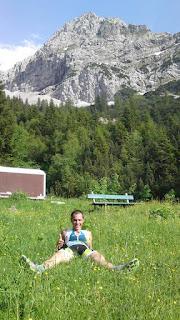 Sven Steffens auf einer Almwiese beim Ausruhen