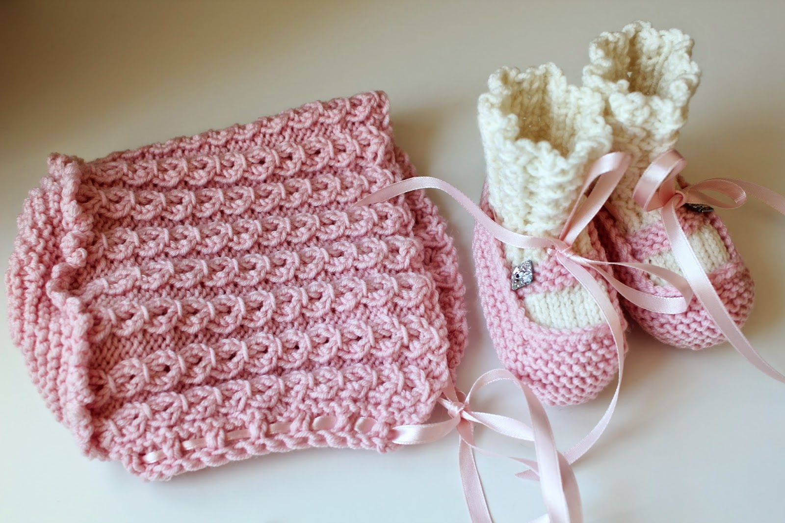Strikket babylue og babysokker i rosa