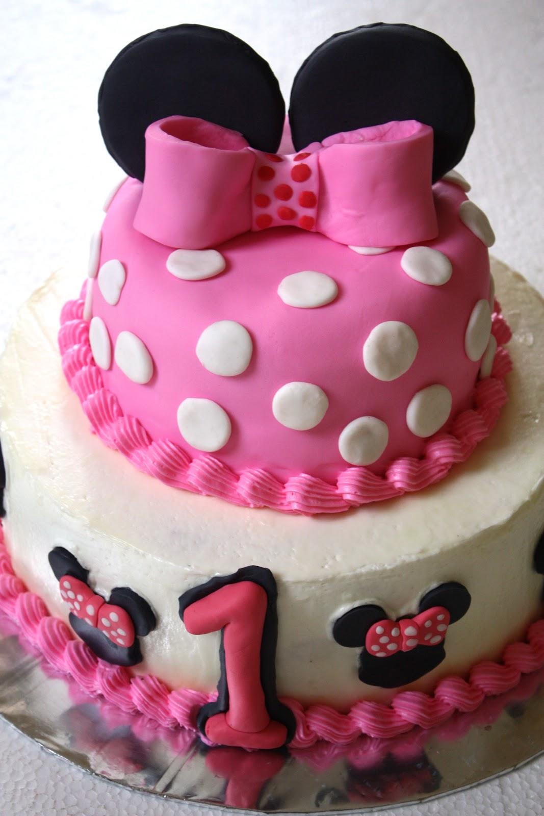 Kue ulang tahun kreasi toko kue online bertema minnie mouse yang