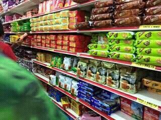 Staff Pasaraya Pemalas, Jam 9.00 Malam Tutup Lampu Ketika Pelanggan Masih Di Dalam
