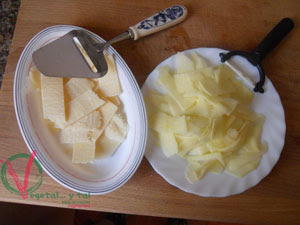 Hacer lascas del queso y la manzana.