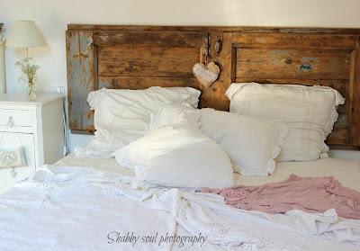 Testiera e testata di letto realizzata con vecchia porta