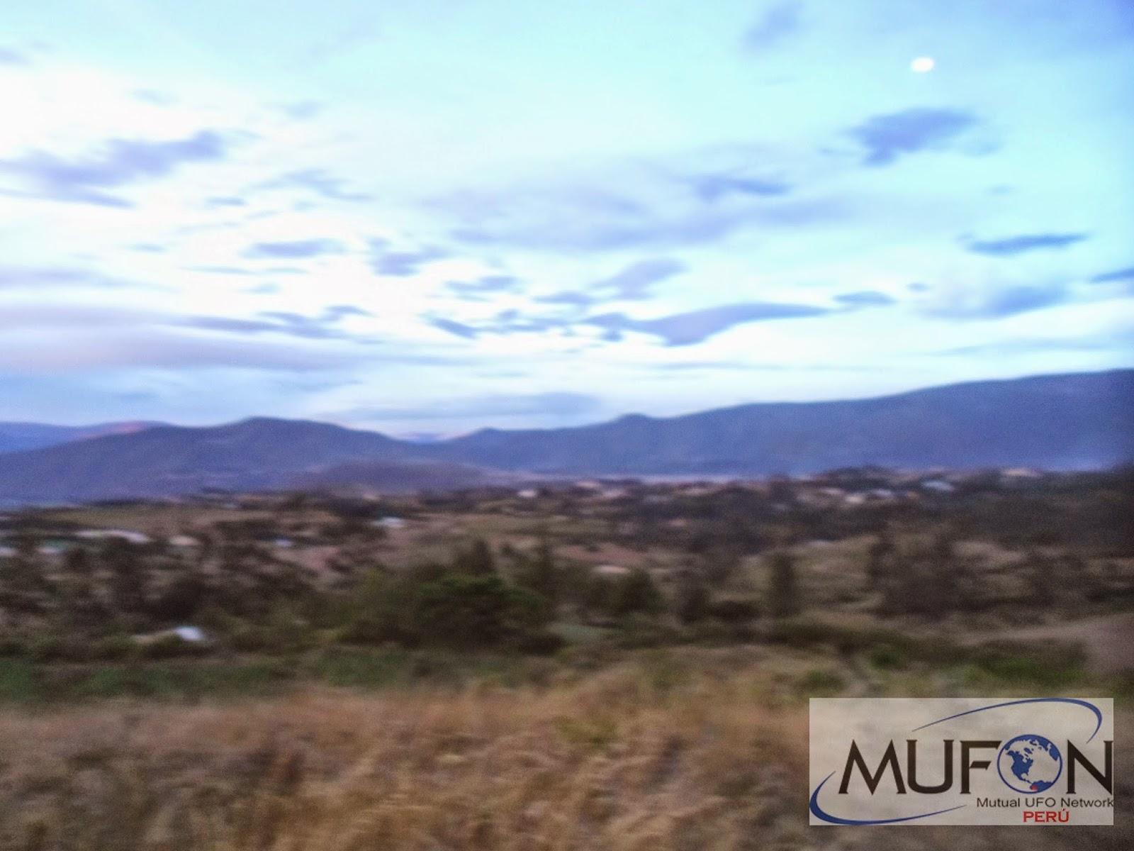 Fotografía tomada el día 1 de mayo (2015) en la provincia de Imbabura, Ecuador. Puede observarse un objeto de forma elíptica en la esquina superior derecha.