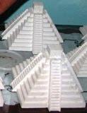 Réplica Pirámide Chichén Itzá realiza artesano Bécal, Calkiní, Campeche, México. 12abri2011.