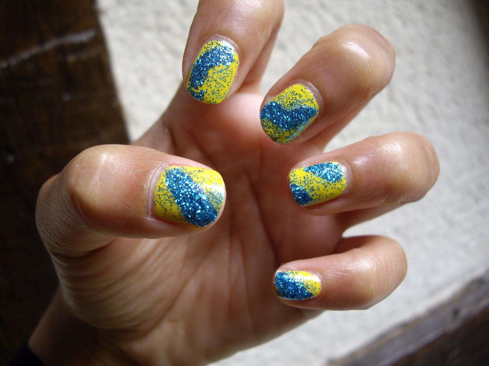 le blog d 39 une asiatique tuto nail art facile base de vernis jaune et de paillettes bleues. Black Bedroom Furniture Sets. Home Design Ideas
