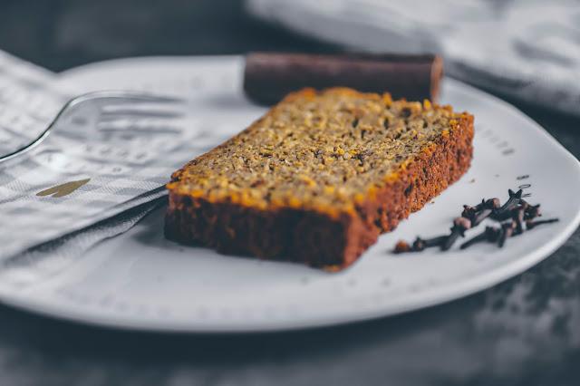 Kuchen auf Gourmet Teller der Poesie et Table Kollektion