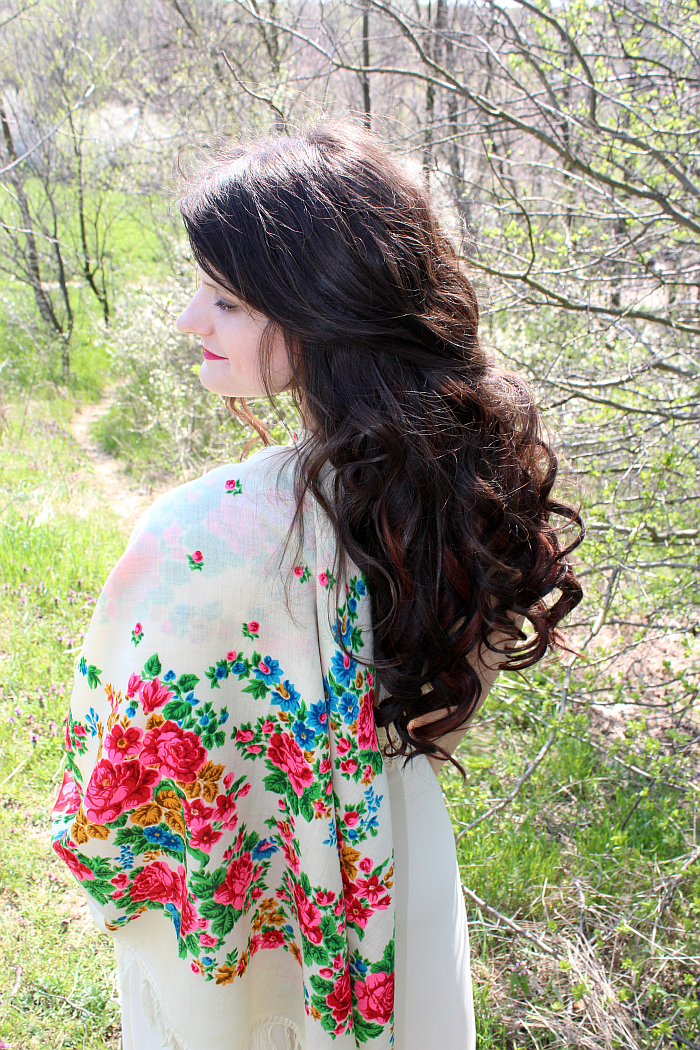 California style, floral print scarf, bombshell curls, ginger highlights, long hairstyle, what to wear