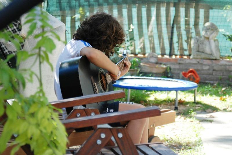 suonare chitarra in giardino