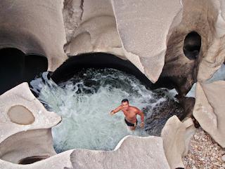 Batu Sungai Ini Berbentuk Unik Seperti Permukaan Bulan (7 Foto)