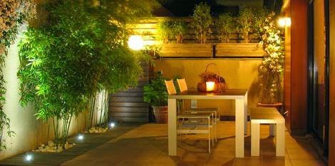 Luces led de colores c mo iluminar un jard n - Iluminacion de jardines ...
