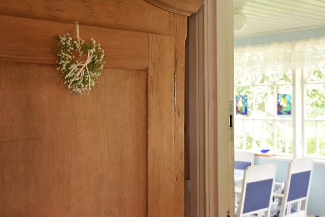 Muonamiehen mökki - Ranskalainen kaappi ja näkymä verannalle