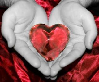 Corazón entre manos