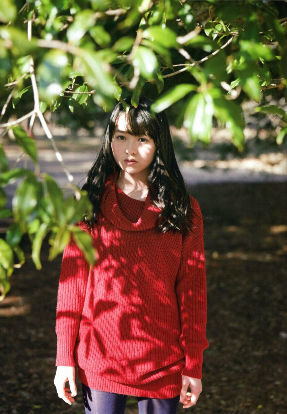 赤の可愛い衣装を着ている伊藤万理華の画像♪