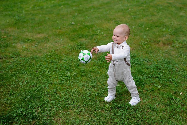 berniukas su kamuoliu