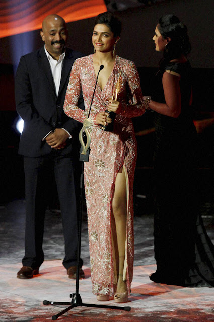 Top Indian Actress Deepika Padukone with Award of IIFA 2013 Macau