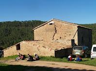 La façana de llevant del mas Sobirana amb el cobert adossat més modernament