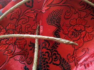 Préparation de la corde du corsage: brulage du fil de lin et cirage de ses pointes