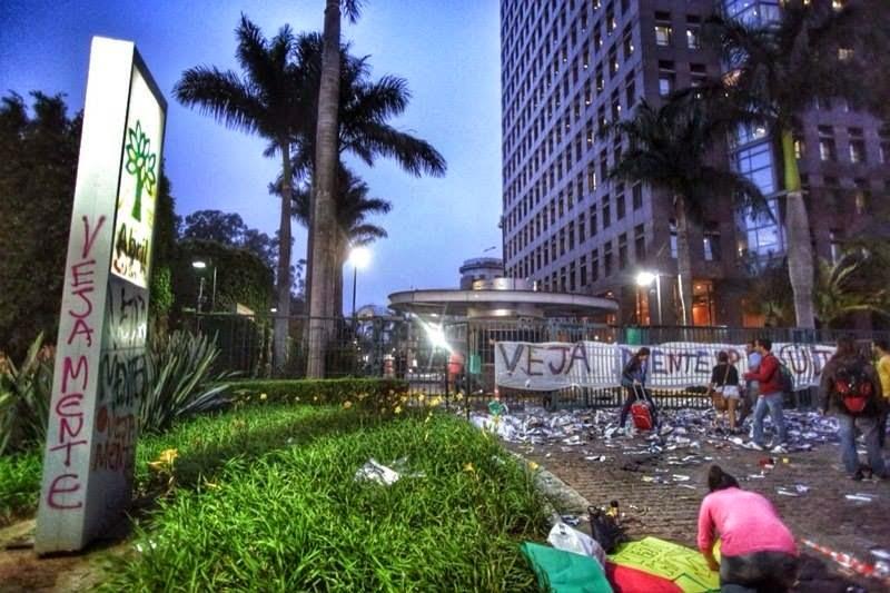 Militantes petistas picham sede da revista Veja
