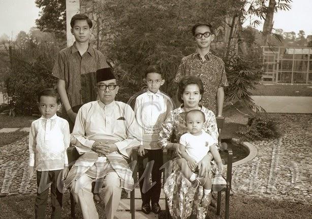 tun abdul razak bin datuk hussein Tun haji abdul razak bin haji dato' hussein (11 mac 1922 - 14 januari 1976) merupakan perdana menteri malaysia kedua yang berkhidmat dari tahun 1970.