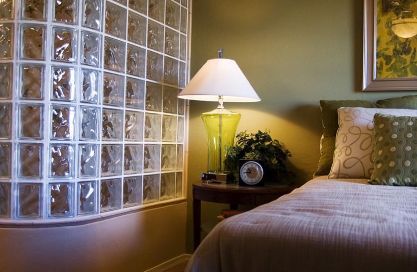 como instalar tijolo de vidro, quarto, abajur, cama, almofada
