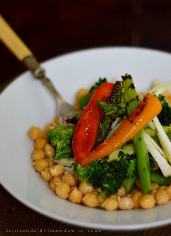 Salata de naut cu asparagus, ceapa verde, broccoli si ardei