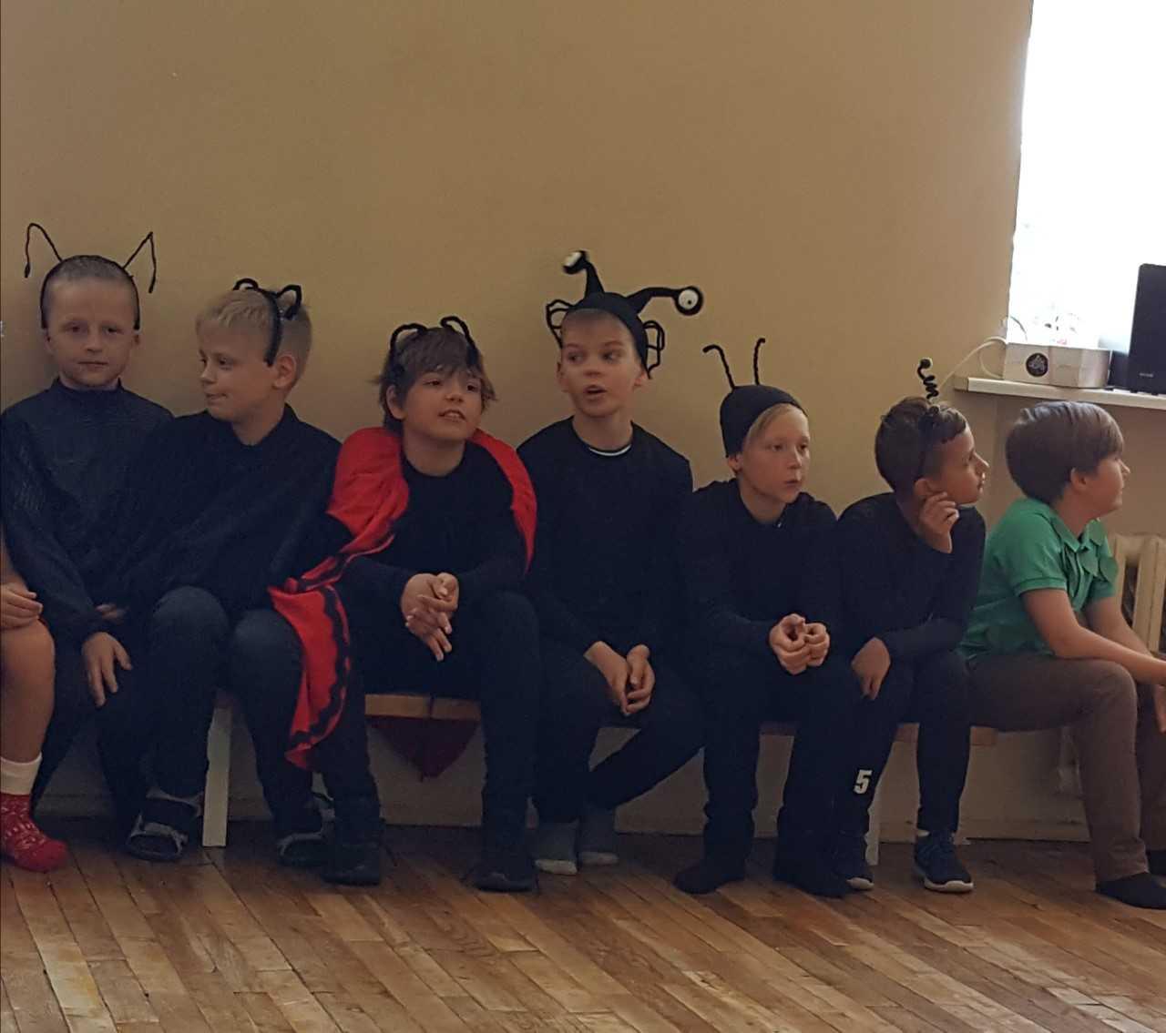 Poisid ootavad etendust