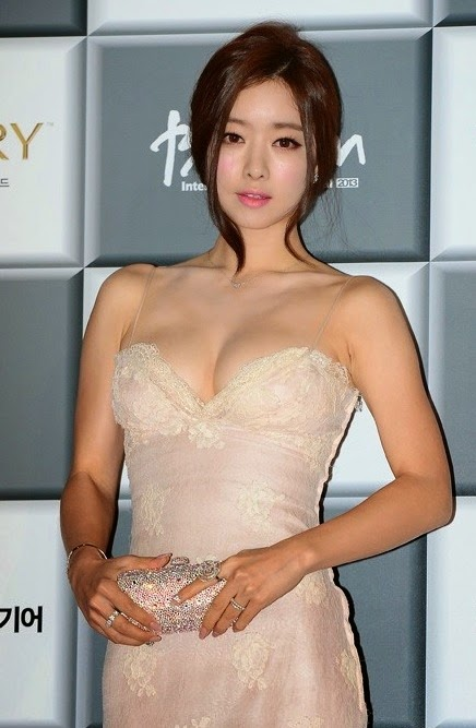 Hong Soo Ah (홍수아) breathtaking glamourous body - 18th Pusan ​​International Film Festival opening ceremony (BIFF 2013)