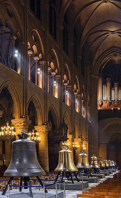 Sinos dispostos na catedral para a bênção