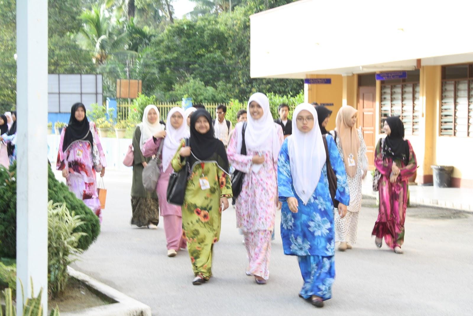 Rombongan Cik Kiah sampai ke SMA Maahad Al-Mizan :P