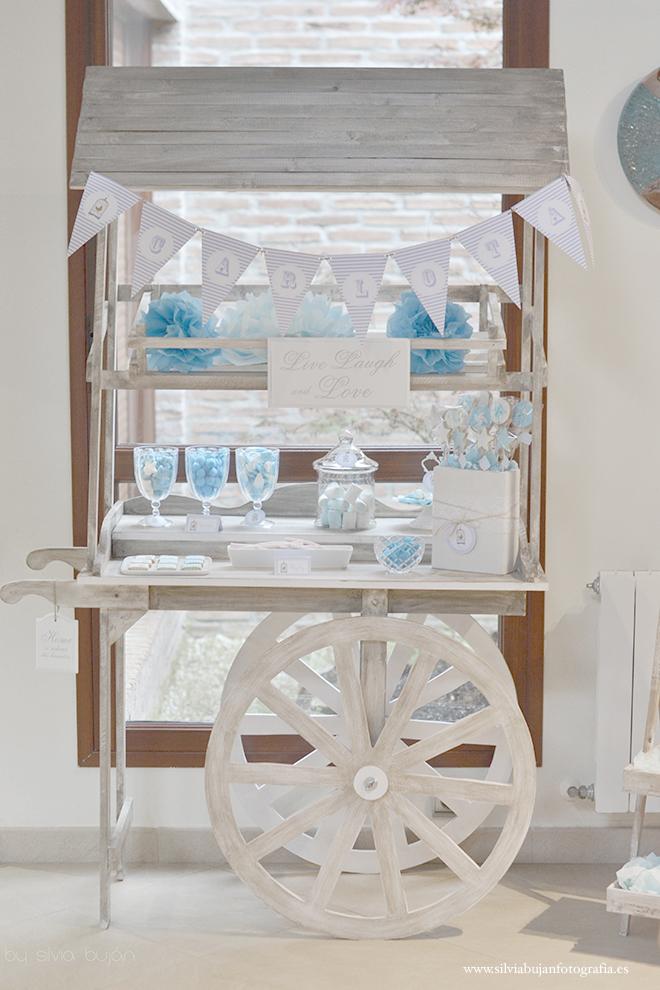 carro mesa de chuches azul niño pompones de seda guirnalda