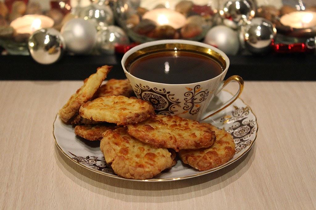 кофе, печенье, укршение дома к новогодним праздникам