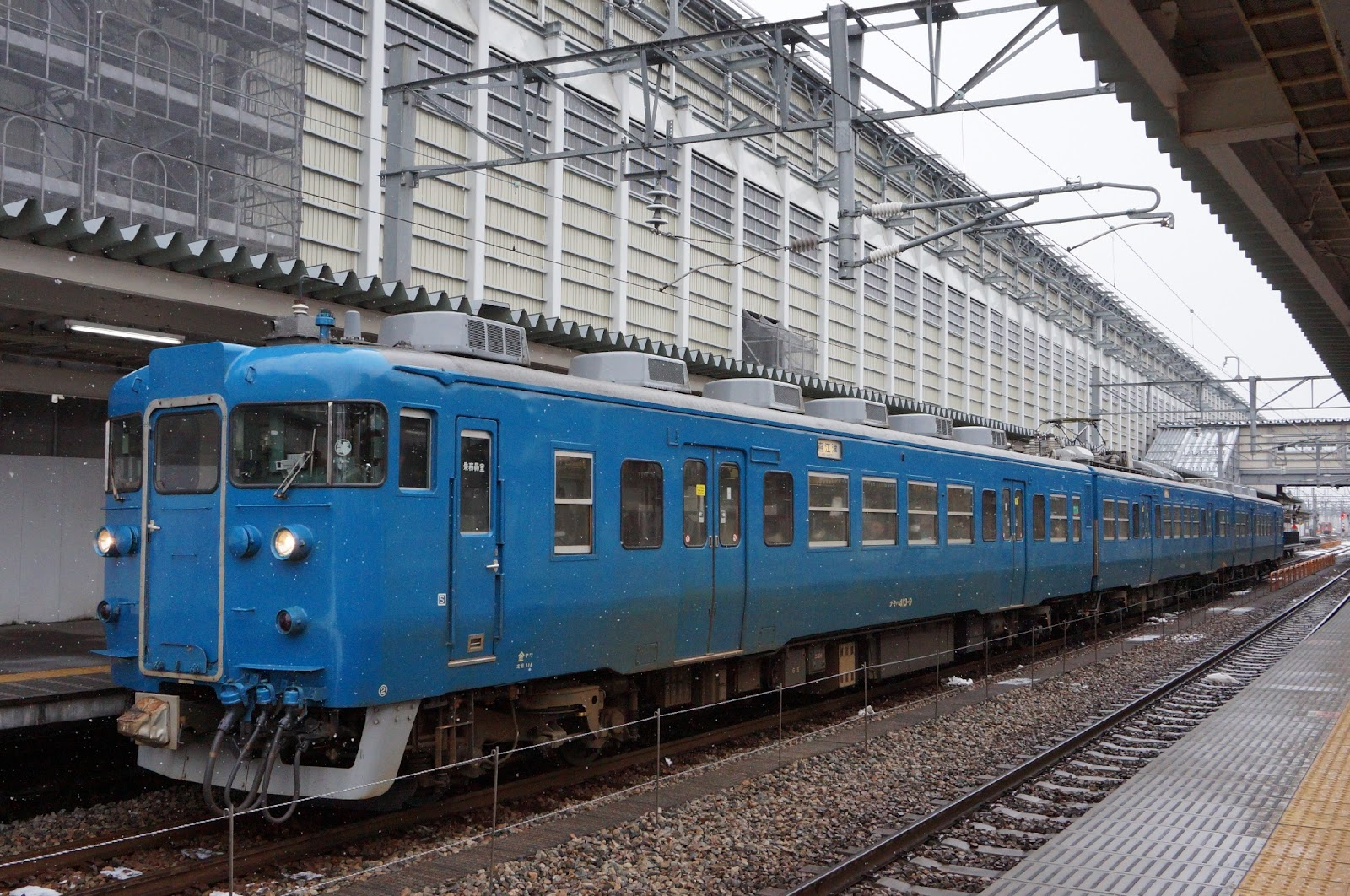 富山駅停車中の413系電車