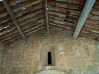 Detall del sostre del porxo, fet d'embigat de fusta i teula àrab