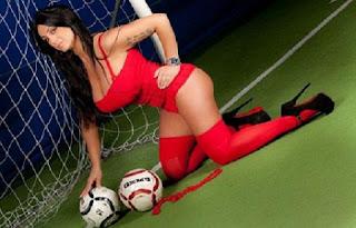 Recentemente, a comentarista de esportes italiana Marika Fruscio pegou todos de surpresa ao publicar imagens fazendo topless durante um passeio à praia. A ousadia da moça teve grande repercussão na impressa europeia. Além de sua profissão, ela sempre foi conhecida por adorar sensualizar na net