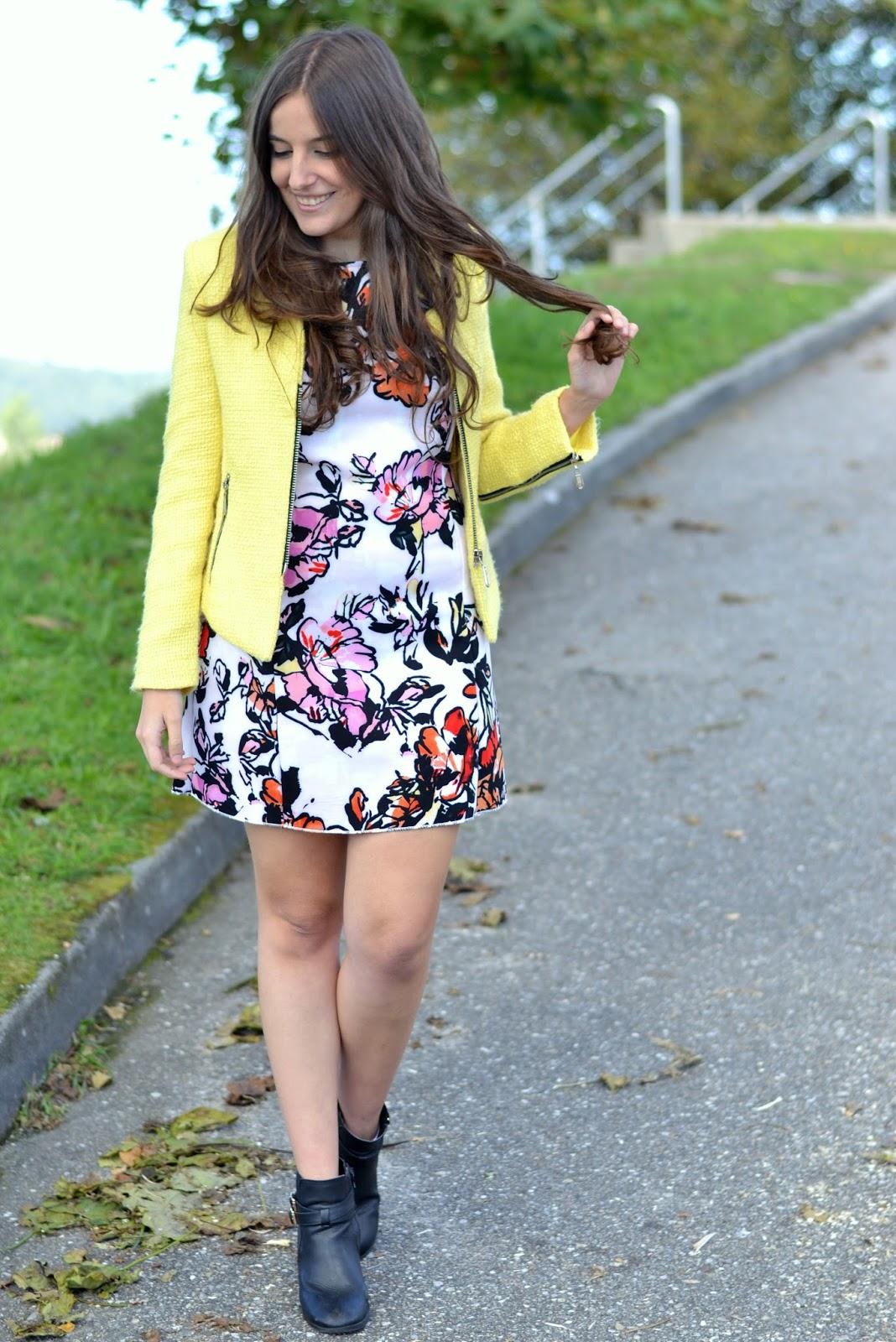 combinar chaqueta amarilla