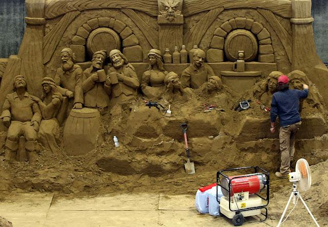 Esculturas de personas hechas con arena