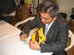 Quadrinista autografando sua Obra