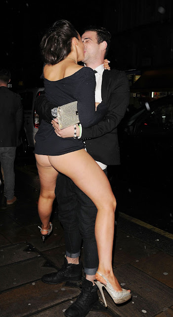 Stephanie Davis Flashing Her Bare Ass Upskirt