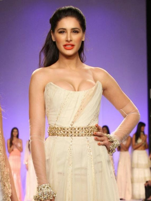 Nargis Fahkri : Nargis Fahkri Hot Stills Pics Deep Cleavage Unseen Photos