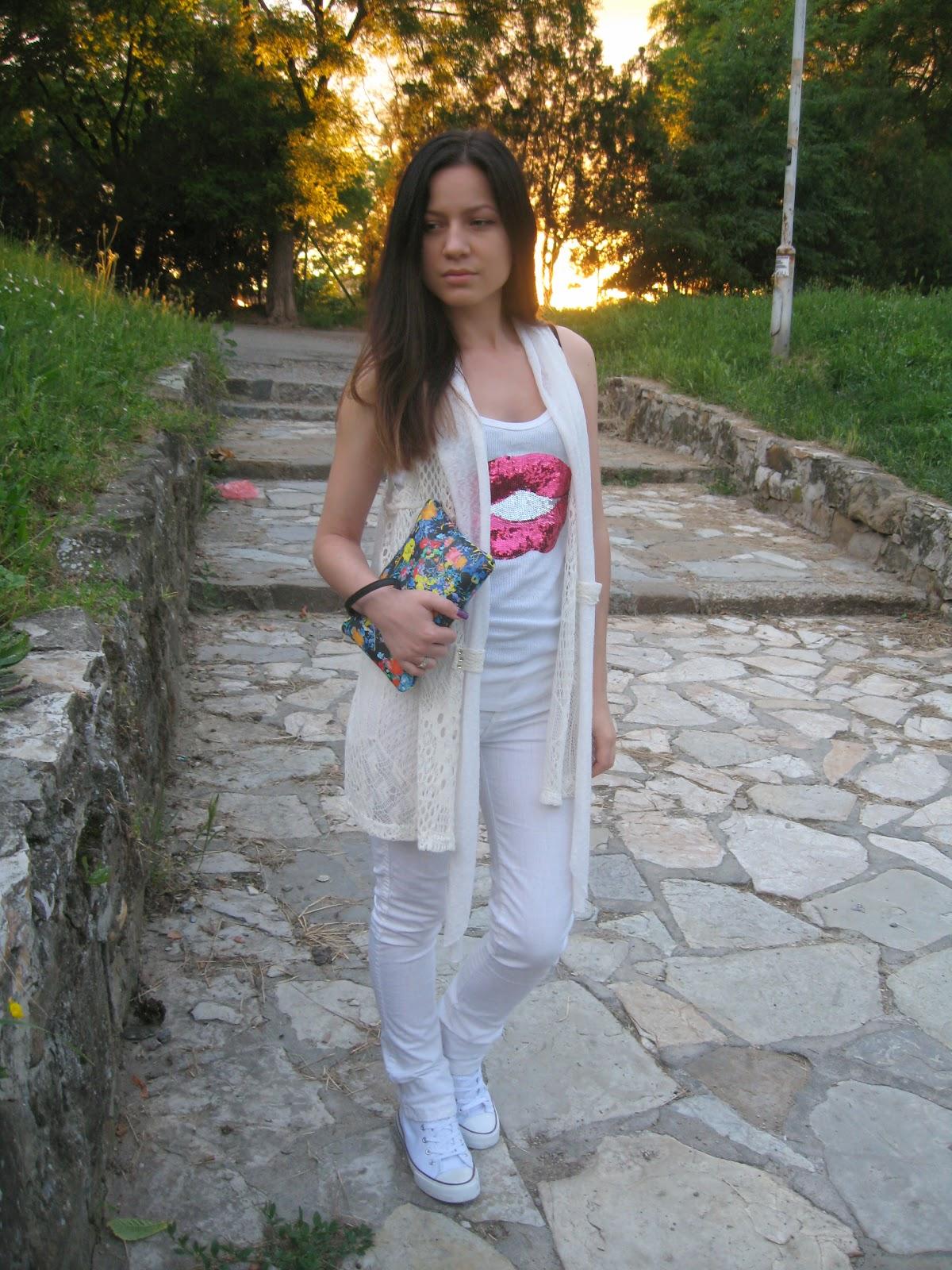 deichmann white sneakers, white sneakers, white converse, white jeans, white crochet vest, white tank top, zara floral clutch, kiss print t-shirt, all white look