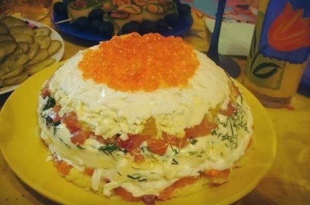 Салат с ветчиной помидорами и сыром слоями
