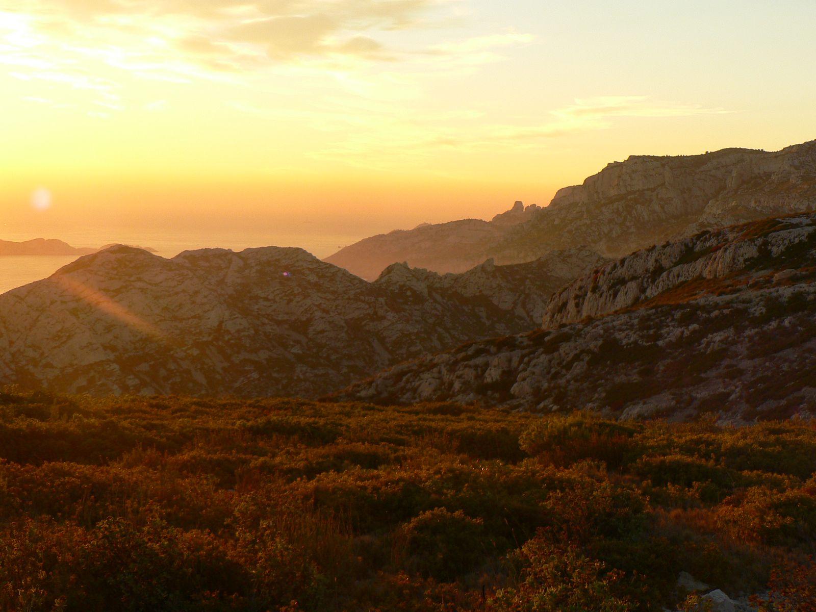 Au contraire coucher de soleil sur les calanques de marseille - Coucher de soleil marseille ...